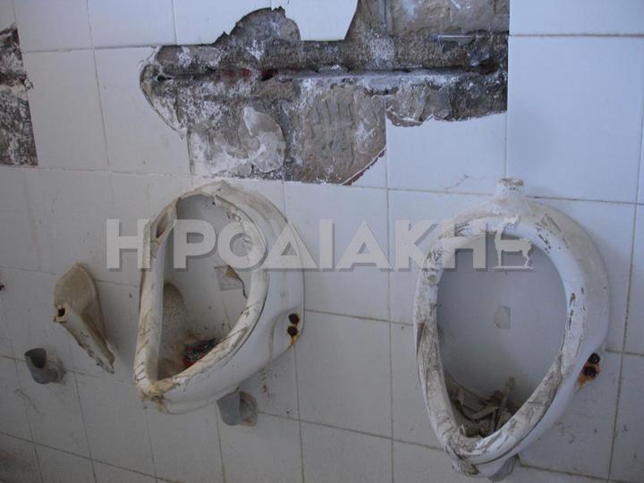 Εικόνες ντροπής από το χώρο των αποδυτηρίων! Παντού βρομιές, κατεστραμμένα είδη υγιεινής, σκουπίδια και σύριγγες