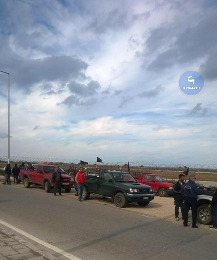Από το συμβολικό κλείσιμο του κόμβου του αεροδρομίου που έκαναν σήμερα το πρωί οι αγρότες