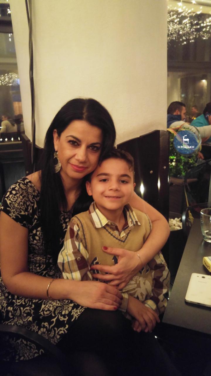 """Ο μικρός Μιχάλης σήμερα στα 8 του χρόνια, υγιέστατος πλέον, αγκαλιά με τη  μαμά του, την ιδρύτρια της """"Ροδαυγής"""""""