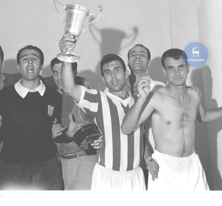 """Ο Ορέστης Παυλίδης, ή το """"λιονταράκι"""", όπως τον αποκαλούσαν οι φίλοι  του Ολυμπιακού,  σηκώνει το Κύπελλο Ελλάδος στα αποδυτήρια, παρέα με τους Ζαντέρογλου, Σιδέρη και Φρονιμίδη"""