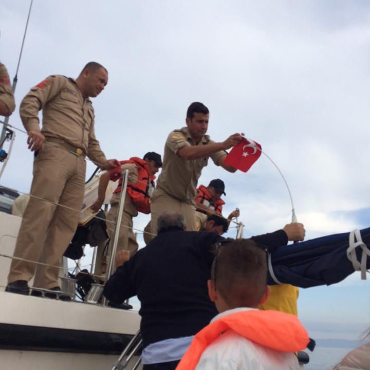 Ο ίδιος ο τούρκος κυβερνήτης του σκάφους, την ώρα που αλλάζει την τουρκική σημαία στο ελληνικό σκάφος. «Να σέβεστε τα σύμβολά μας» - είπε στους επιβαίνοντες.