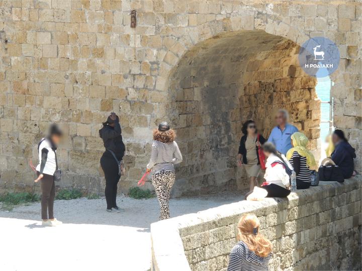 Ιδιαίτερα φορτική έχει γίνει μια ομάδα γυναικών που τις τελευταίες εβδομάδες αναγκάζει ανυποψίαστους τουρίστες να αγοράζουν βραχιολάκια