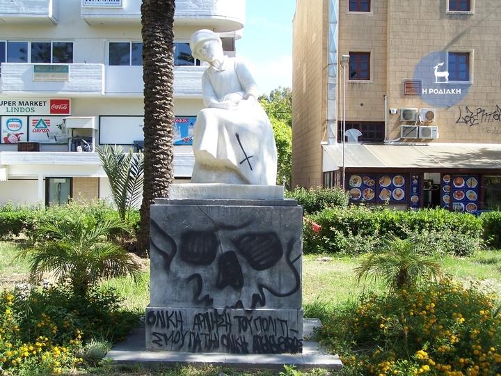 Οι βάνδαλοι «ξαναχτύπησαν μουτζουρώνοντας το άγαλμα της «Καρτερίας»   απέναντι από το κινηματοθέατρο «Ρόδον»