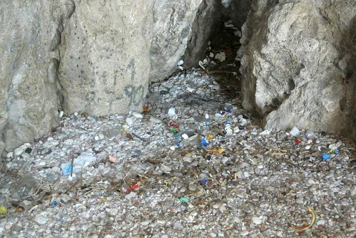 «Φορτηγά» σκουπίδια στην είσοδο της σπηλιάς