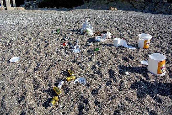 Φωτογραφία που προκαλεί οργή: Έφαγαν, ήπιαν, διασκέδασαν και  τα εγκατέλειψαν όλα στην παραλία, φεύγοντας.