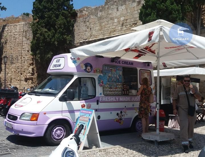Πολύς κόσμος σταματάει στο παγωτατζίδικο του κ. Νίκου για να δροσιστεί με το σπιτικό του παγωτό!