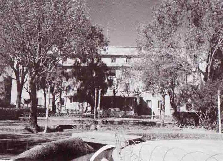 """Το ξενοδοχείο """"Θέρμαι"""", με τον υπέροχο κήπο,  παλιότερα νοσοκομείο (1945) και σήμερα έδρα  των Τουριστικών Σχολών Ρόδου"""