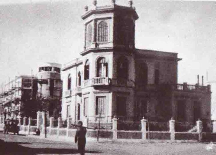 Ο παραδοσιακός πύργος των Αγιακάτσικα-Γεωργαντέλλη, πριν κατεδαφιστεί για  να στεγάσει τις υπηρεσίες της Εθνικής Τράπεζας Ελλάδος στην πλατεία Κύπρου