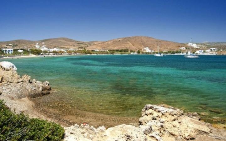 Άλλες παραλίες του νησιού είναι οι Βάτσες, ο Άγιος Γιάννης, ο Πάνορμος, η Παχιά Άμμος, ενώ ερημικές παραλίες με νερά όλων των αποχρώσεων του γαλάζιου υπάρχουν στα κοντινά ακατοίκητα νησάκια του Κουτσομύτη και της Κουνούπας, όπου πηγαίνει καραβάκι