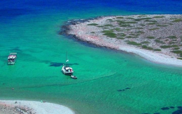 Τα γαλαζοπράσινα νερά τους θυμίζουν πισίνα και μεταφέρουν τον επισκέπτη για λίγο σε κάποιο εξωτικό τοπίο. Η Καραϊβική αντιγράφει την Αστυπάλαια. Παραλία Κουτσομίτης...