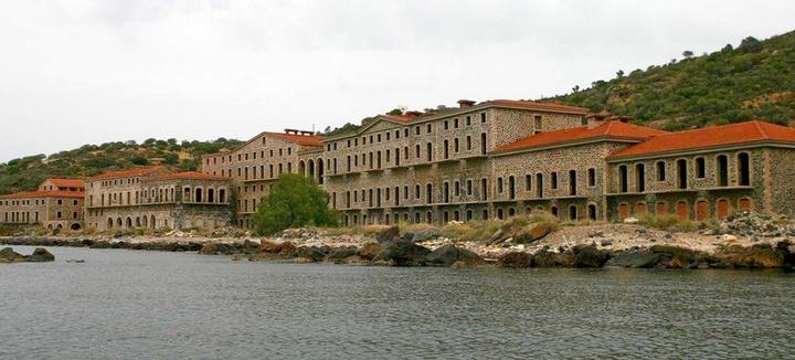 Τα ιαματικά λουτρά της Νισύρου, που έχτισαν οι Ιταλοί και τώρα ανήκουν στον δήμο  και λειτουργούν ως τουριστικό κατάλυμα. Αποτελούν βασικό αξιοθέατο του νησιού