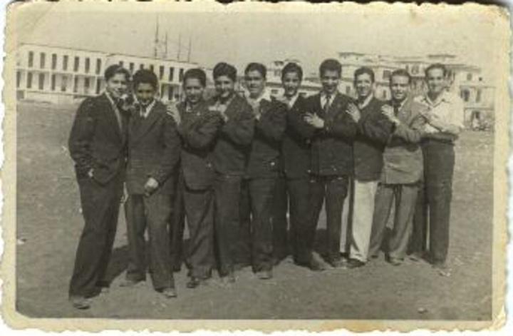 Μια ομάδα Εβραίων Ροδιτών που διασώθηκαν από το Άουσβιτς φωτογραφίζονται στην Ιταλία μετά το τέλος του πολέμου. Δεύτερος από αριστερά ο Βίκτορ Χασσόν  (φωτό από το αρχείο του Γ. Ζαχαριάδη)