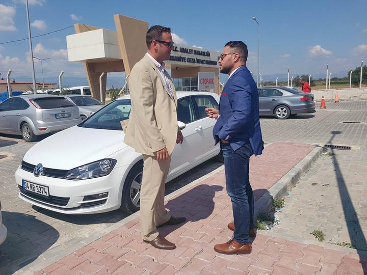 Οι κ.κ. Γιώργος Κυπραίος (από αριστερά) και Στέλιος Κιουρτζής, έξω από τις τουρκικές φυλακές