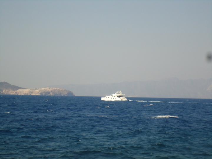 Με το σκάφος του επισκέφθηκε και το νησί Γυαλί που βρίσκεται απέναντι από τη Νίσυρο