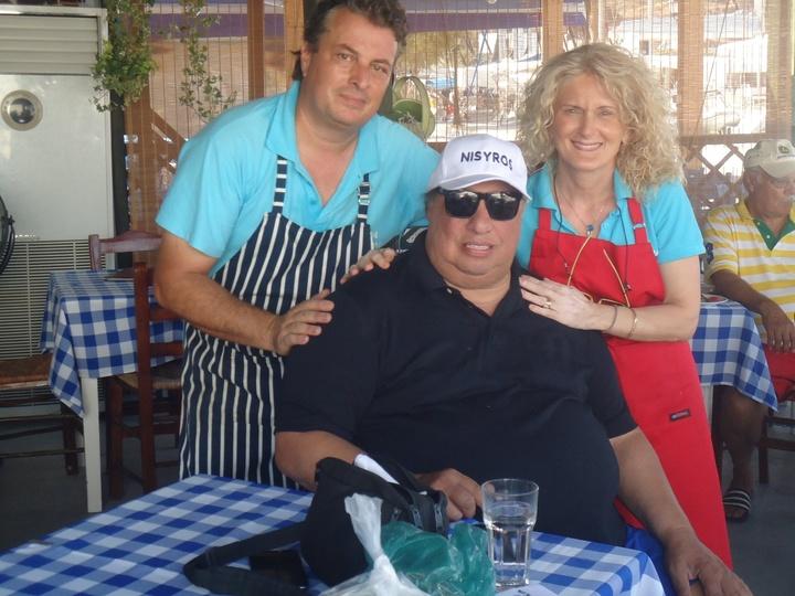 ΟΝισύριος επιχειρηματίας Τζον Κατσιματίδης φωτογραφήθηκε με τους ιδιοκτήτες του εστιατορίου «Σαλονικιός» όπου γευμάτισε με παρέα