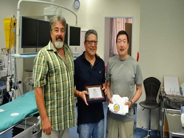 Ο Γιουτάκα Κατσουμάτα απένειμε την πλακέτα στον καρδιολόγο  Νικήτα Μόσχο (στο μέσο) με τον  Άνθιμο Αντώνογλου