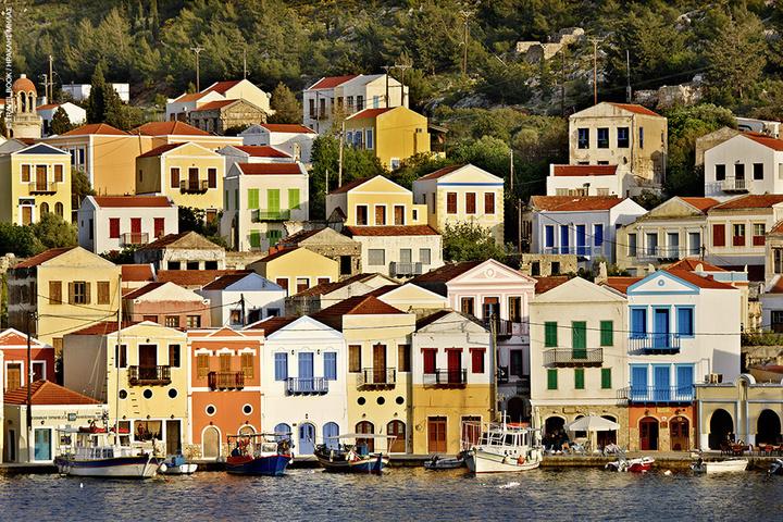 Τα σπίτια στο Κορδόνι διατηρούνται από την εποχή της μεγάλης ακμής του νησιού. Ωστόσο και τα νέα που κτίζονται ακολουθούν κανόνες δόμησης