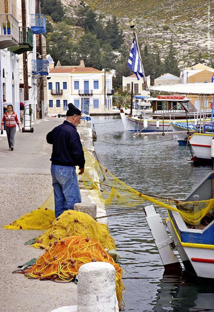 Περίπου 15 άνθρωποι ασχολούνται με το ψάρεμα
