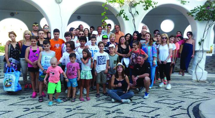 """Τα παιδιά και οι γονείς του συλλόγου φίλων παιδιών με καρκίνο """"Ελπίδα""""  που φιλοξενήθηκαν στη Ρόδο τον περασμένο μήνα"""