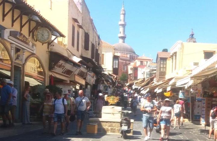 Στην οδό Σωκράτους, προς το Τέμενος του Σουλεϊμάν