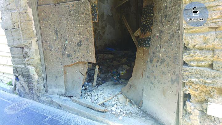 Εγκαταλελειμμένα κτίρια γεμάτα σκουπίδια βρίσκονται διάσπαρτα στην Παλιά Πόλη