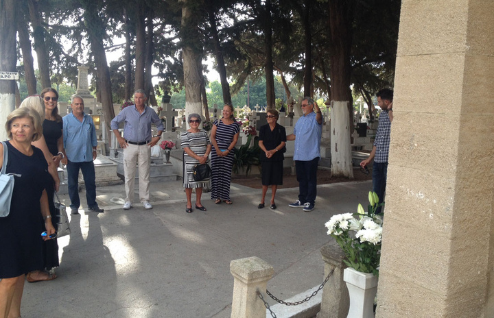 Μέλη των οικογενειών Κωσταρίδη και Βρούχου στο χτεσινό τρισάγιο στο παλαιο νεκροταφείο
