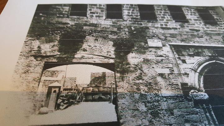 Το κτίριο όπως είχε σχεδιαστεί, επί ιταλικής κατοχής το οποίο στη συνέχεια τροποποιήθηκε για να πάρει τη σημερινή του μορφή. Για μεγάλο χρονικό διάστημα μάλιστα, είχε στεγάσει και το δημαρχείο της Ρόδου, πάντα επί ιταλικής κατοχής