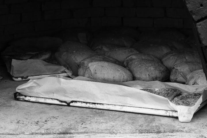 Παραδοσιακός ξυλόφουρνος ο οποίος μόλις έβγαλε ψωμί και πιτιά.