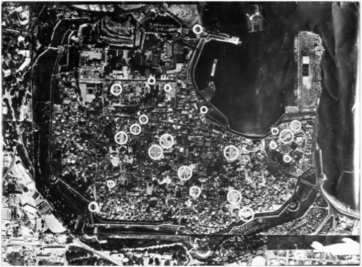 Αεροφωτογραφία της μεσαιωνικής πόλης Ρόδου του 1956 με τις θέσεις που επληγησαν από τους βομβαρδισμούς των συμμάχων.