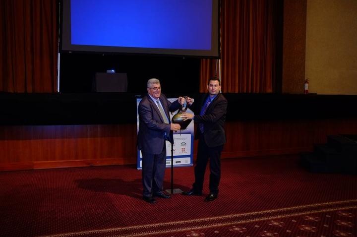 Ο αντιπεριφερειάρχης Φιλήμονας Ζαννετίδης και ο πρόεδρος της Πανελλήνιας Ένωσης Νέων Αγροτών Θεόδωρος Βασιλόπουλος χτύπησαν την «κουδούνα» της λήξης του συνεδρίου