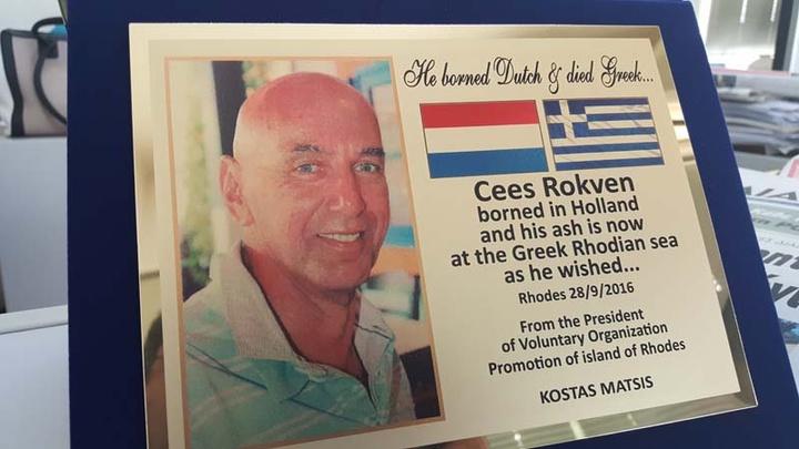 Η αναμνηστική πλακέτα που παρέδωσε  στη σύζυγο του Ολλανδού, ο πρόεδρος  του Συλλόγου Εθελοντών τουρισμού Ρόδου.