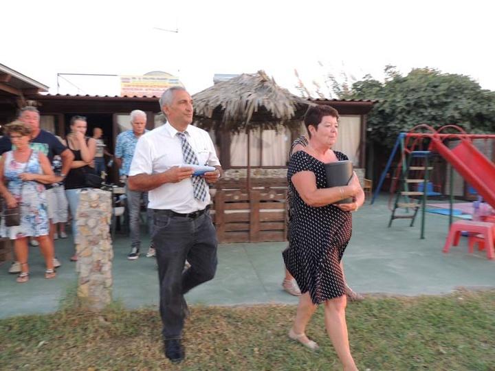 Η σύζυγος του Ολλανδού τουρίστα με τον συμπατριώτη μας κ. Κώστα Μάτση, από τον σύλλογο εθελοντών τουρισμού Ρόδου, λίγο πριν τη  διαδικασία διασκορπισμού της τέφρας του συζύγου της, στην αγαπημένη του παραλία.