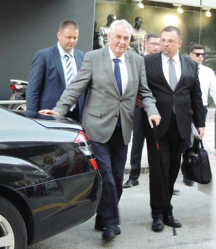 Ο πρόεδρος της Τσεχίας φτάνει στο χώρο του προξενείου