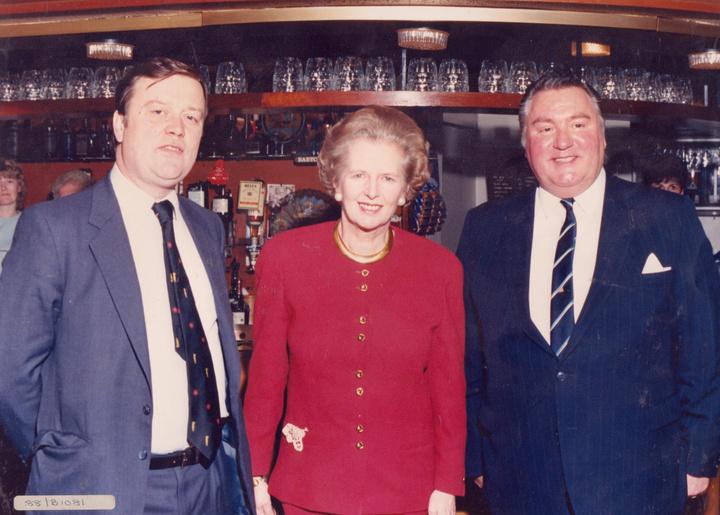 Ο Υπουργός Υγείας Kenneth Clarile, η Θάτσερ και ο στενός της συνεργάτης/Βουλευτής Geoffrey Dickens