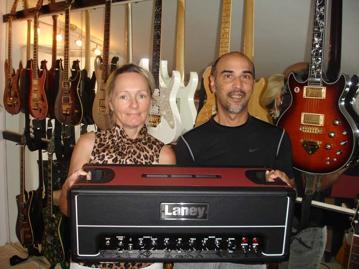 HJulie και ο Charlie με την τεράστια συλλογή τους από κιθάρες και ενισχυτές κιθάρας