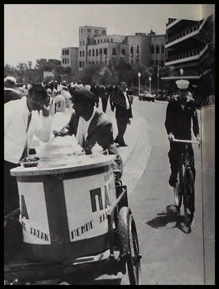 Δεκαετία του '60 με τους Ροδίτες και τους ναυτικούς του 6ου στόλου να δροσίζονται απολαμβάνοντας Παγωτά Πεμπέ Χασάν. Πολλοί από τους ντόπιους μάλιστα, για πρώτη φορά στη ζωή τους! (Φώτο Νίκος Διακίδης)