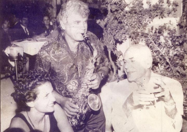 Ο Ανδρέας Βουτσινάς και η Άλκηστις Πρωτοψάλτη ακούνε... καντάδα με το σαξόφωνο του Θεμιστοκλή Τριανταφύλλου