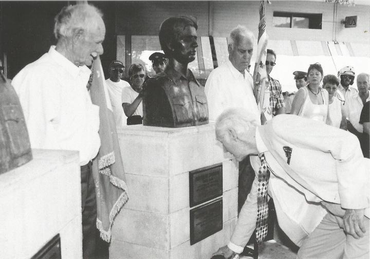 Ο συνταγματάρχης Ντέιβιντ Σάδερλαντ καταθέτει στεφάνι στις προτομές των δύο ηρώων στη Ρόδο