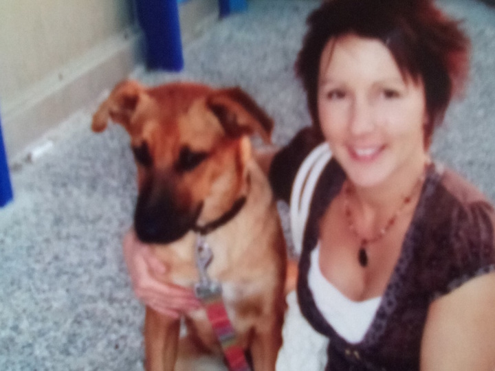 Η βρετανίδα Louiza Cook που είχε υιοθετήσει το αδέσποτο σκυλάκι πριν 8 χρόνια   στη Ρόδο