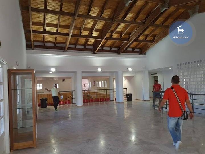 Η είσοδος του γυμναστηρίου με την ξύλινη οροφή και το μαρμάρινο έδαφος