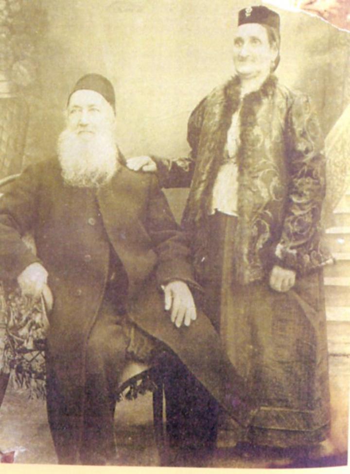 Ο Σαμουήλ και η Εσθήρ Μανασσέ. Ρόδος 1912.  Διασώθηκε μέρος της βιβλιοθήκης τους