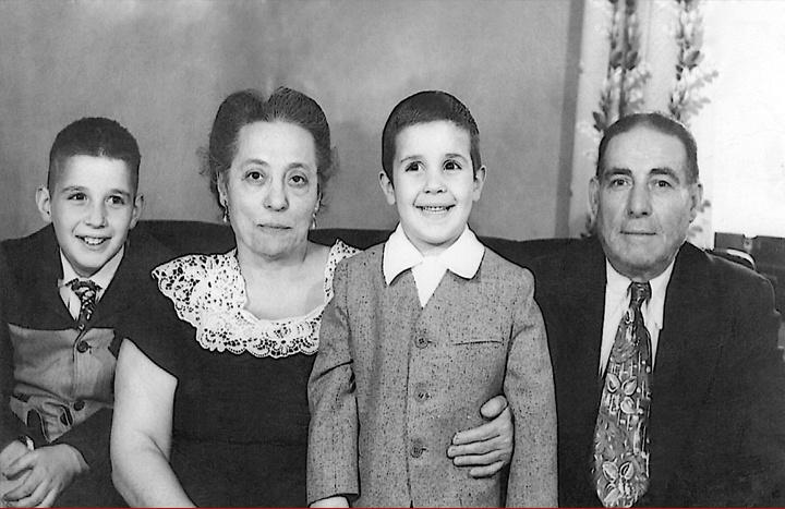 Ο Μανώλης Σταματάκης ανάμεσα στον παπού και τη γιαγιά (Νίκο & Πηνελόπη), αριστερά ο αδελφός Nick Junior