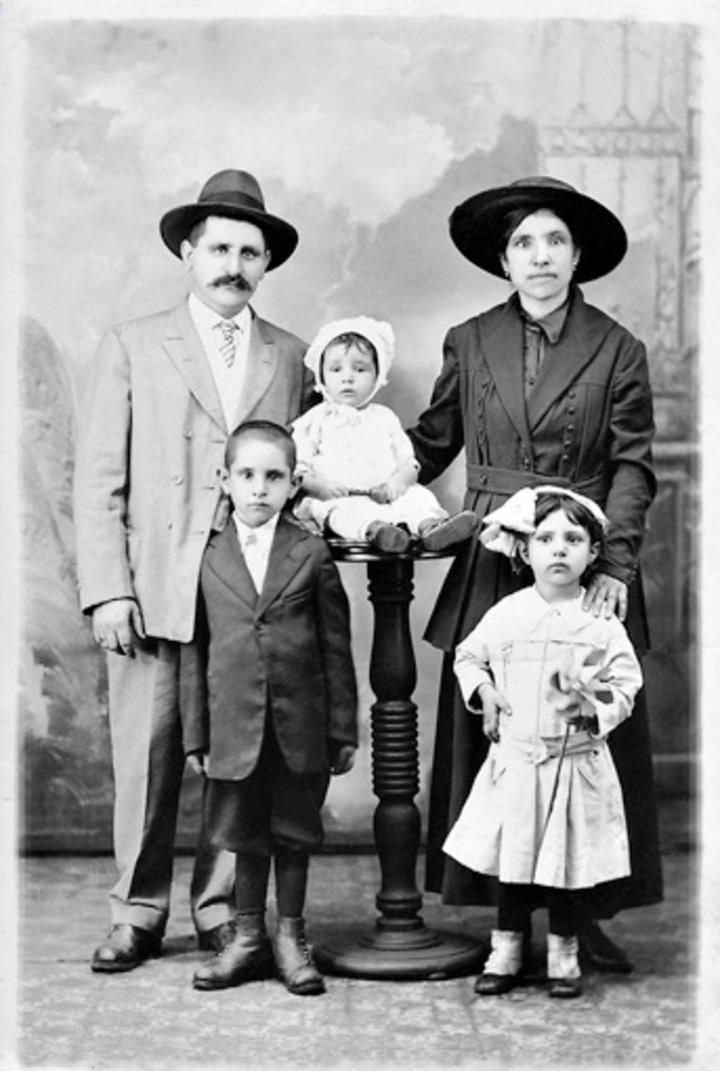 Η οικογένεια του Μανώλη & Βαγγέλας Σταματάκη με τα παιδιά τους Γιάννη, Ζωή και Νικος (το μωρό), Wheeling WV, 1917