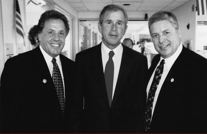 Ο Μανώλης Σταματάκης (αριστερά) με τον πρόεδρο  George W. Bush  και τον πρόεδρο του Dexter University  Κωνσταντίνο Παπαδάκη