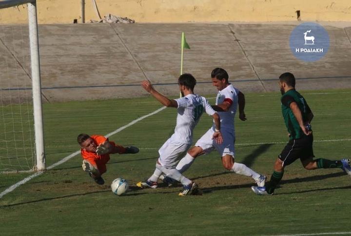 Με προβολή ο Μανώλης Ευγενικός σημείωσε το νικητήριο γκολ (2-1) για τη Ρόδο ΦΩΤΟ ΒΙΚΤΩΡ