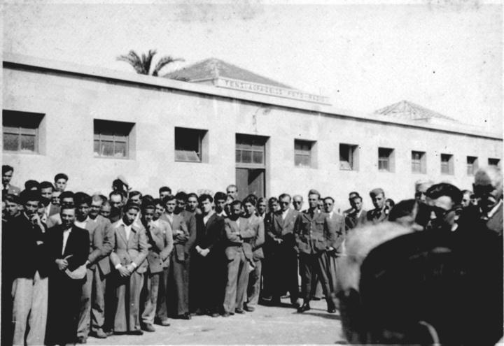 Δωδεκανήσιοι κρατούμενοι στο προαύλιο πίσω από το δημαρχείο  (φωτογραφία αρχείο Βρατσάλη)