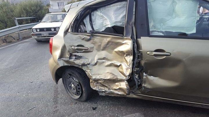 Σύγκρουση αυτοκινήτου με μοτοσικλέτα στην διασταύρωση Τραουνού, επί της  Ρόδου – Λίνδου. Από τη σύγκρουση τραυματίστηκαν και μεταφέρθηκαν στο νοσοκομείο οδηγός και συνοδηγός της μοτοσικλέτας