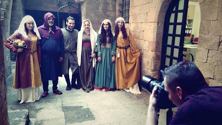 Μεσαιωνικές στολές που φορούσαν οι Ροδίτες  και ξαναφόρεσαν οι εθελοντές του Μεσαιωνικού Ρόδου