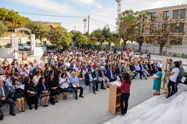 Εικόνα από τους παρευρεθέντες στην εκδήλωση των  αποκαλυπτηρίων