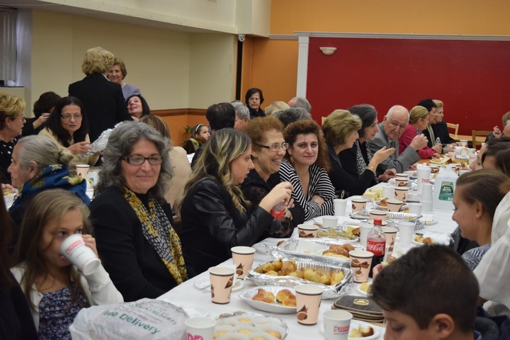 Στο χολ της εκκλησίας  ο Σύλλογος πρόσφερε  παραδοσιακά εδέσματα,  καφέ και αναψυκτικά